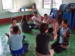 保育セミナーでは、手遊びやおもちゃ作りを実際に体験してもらいながら講習が進められた