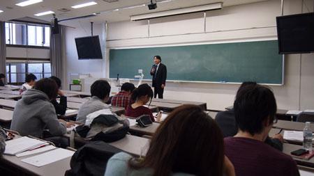 熱心に耳を傾ける産業社会学部国際社会政策論の学生たち