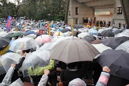 雨の中、3000人が集結し、要求実現のためにたたかいを進めることを確認した