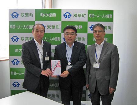 上谷市労連委員長(写真=左)は、義捐金を手交する際に次代を担う子どもたちへの育成に活かしてほしいと伝えた