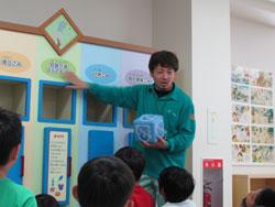 子どもたちは質問に対し、積極的に手を上げ答えている