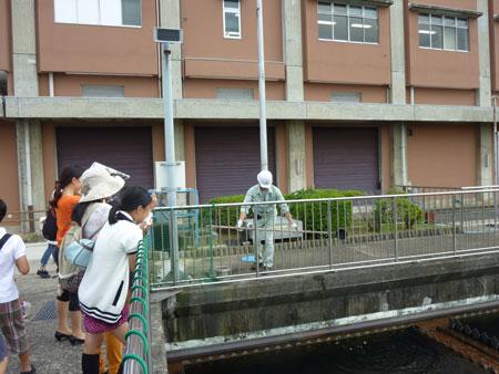 バスツアーの参加者は処理施設見学などと通じ、水資源の大切さなどを学んだ