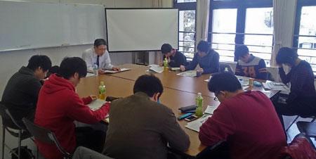 太子町職、千早赤阪村職 新入職員に対し、講演する高橋書記長(写真左)