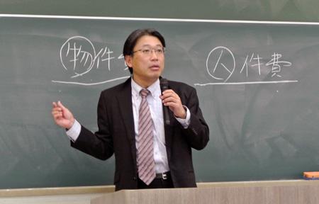 高橋書記長は労働組合の重要性を学生に訴えた