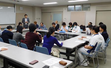 大阪市立総合医療センター職員の方と意見交換し、医療と介護の業務連携について理解を深めた