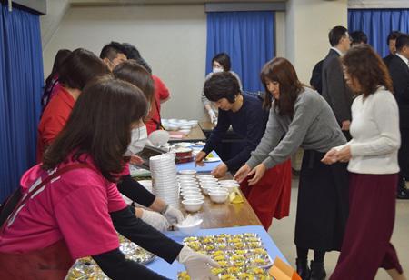 旗開きでは参加者に給食のメニューを提供し、参加者から好評を得た