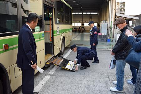 バスには車いす用のスロープが設置されている