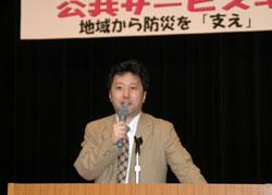 風間規男教授が演壇に立ち講演している写真